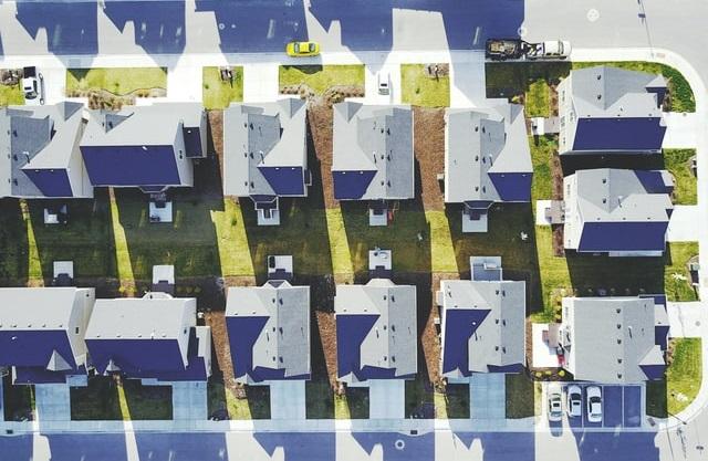 Widok na osiedle domów z lotu ptaka