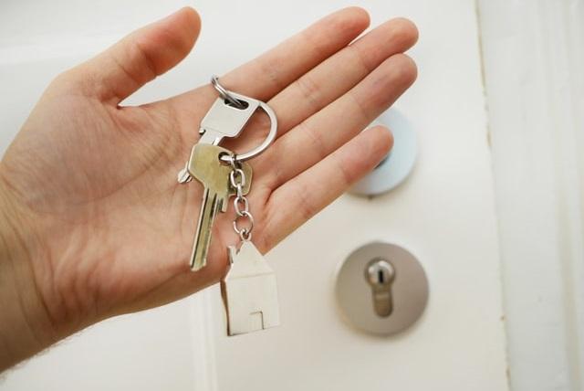 Klucze do mieszkania trzymane w ręce